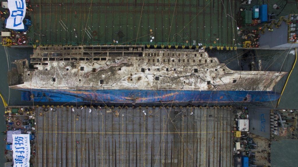 Csindo, 2017. március 24. Az elsüllyedt dél-koreai komphajó, a Szevol kiemelésén dolgoznak Csindo partjai elõtt 2017. március 24-én. Azt vizsgálják, felszínre lehet-e hozni a 6800 tonnás Szevolt, amely 476 emberrel a fedélzetén 2014. április 16-án süllyedt el, 295 utasáról biztosan tudni, hogy életét vesztette, kilencet eltûntként tartanak nyilván. (MTI/EPA pool/Li Mjong Ik)