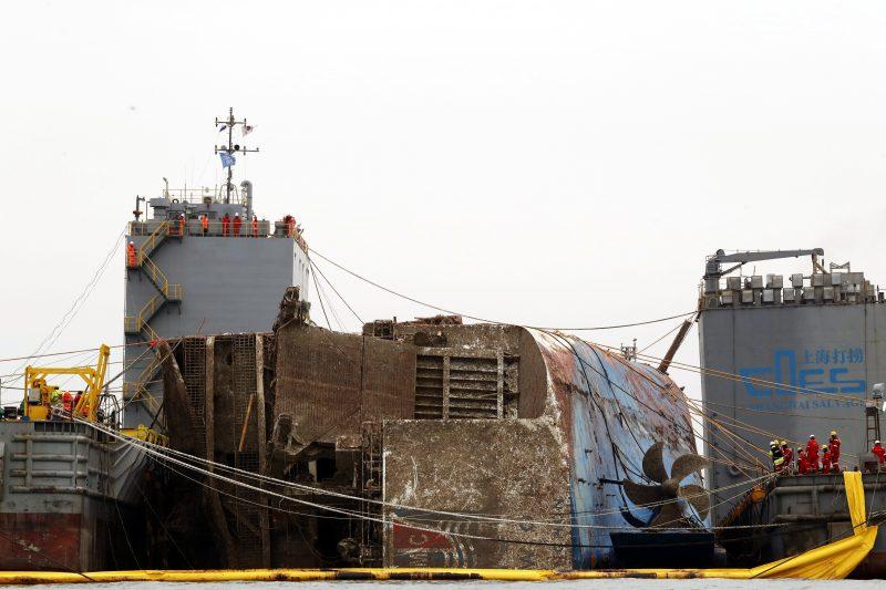 Csindo, 2017. március 24. Az elsüllyedt dél-koreai komphajó, a Szevol kiemelésén dolgoznak Csindo partjai elõtt 2017. március 24-én. Azt vizsgálják, felszínre lehet-e hozni a 6800 tonnás Szevolt, amely 476 emberrel a fedélzetén 2014. április 16-án süllyedt el, 295 utasáról biztosan tudni, hogy életét vesztette, kilencet eltûntként tartanak nyilván. (MTI/EPA/Dzson Hon Kjun)