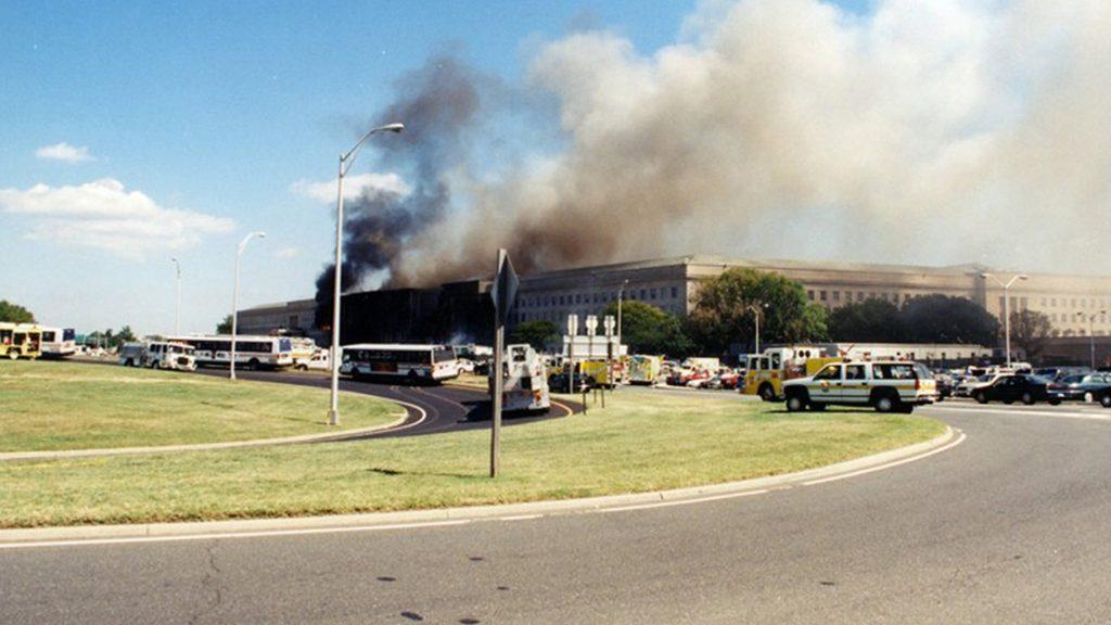 Arlington, 2017. március 31.A Szövetségi Nyomozó Iroda, az FBI által 2017. március 31-én közzétett, korábban még nem közölt, dátumozatlan képen lángok és sűrű füst tör elő az amerikai védelmi minisztérium, a Pentagon arlingtoni épületéből a 2001. szeptember 11-i repülőgépes terrortámadás után. (MTI/EPA/FBI)