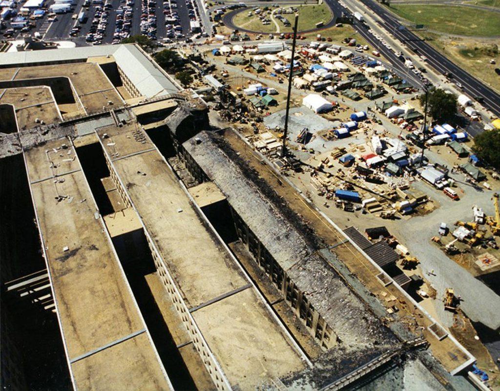Arlington, 2017. március 31.A Szövetségi Nyomozó Iroda, az FBI által 2017. március 31-én közzétett, korábban még nem közölt, dátumozatlan légi felvétel az amerikai védelmi minisztérium, a Pentagon megrongálódott épületszárnyáról Arlingtonban a 2001. szeptember 11-i repülőgépes terrortámadás után. (MTI/EPA/FBI)