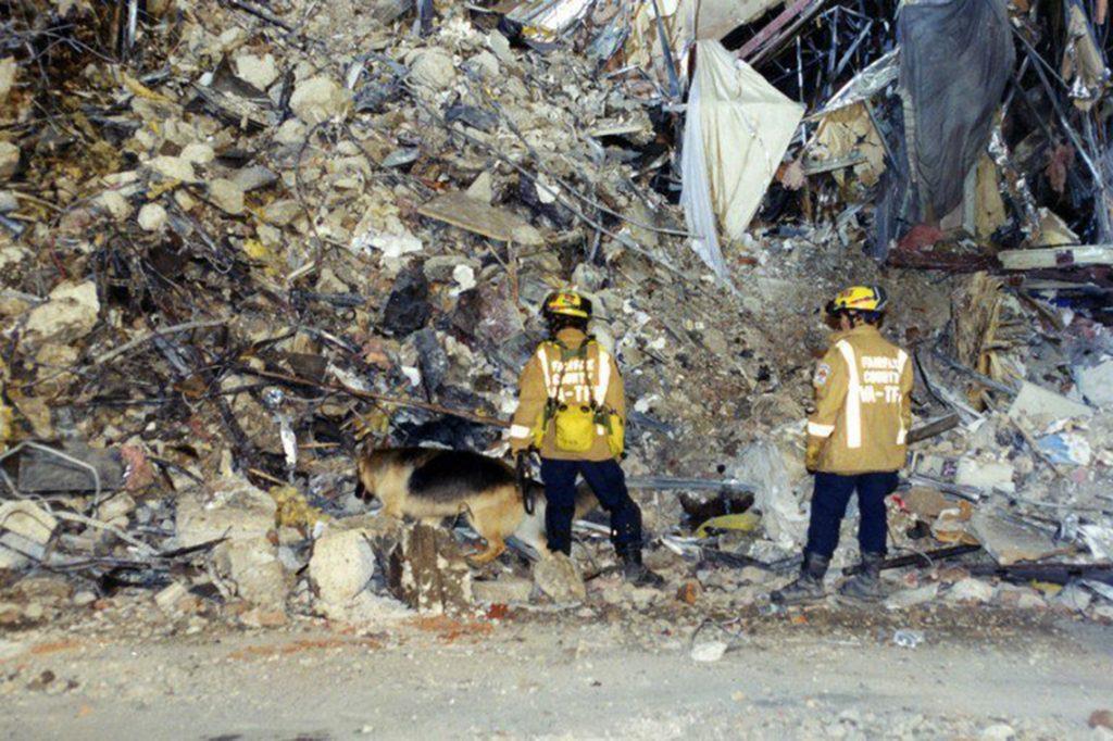 Arlington, 2017. március 31.A Szövetségi Nyomozó Iroda, az FBI által 2017. március 31-én közzétett, korábban még nem közölt, dátumozatlan képen keresőkutyával vizsgálják az amerikai védelmi minisztérium, a Pentagon megrongálódott épületszárnyának romjait Arlingtonban a 2001. szeptember 11-i repülőgépes terrortámadás után. (MTI/EPA/FBI)