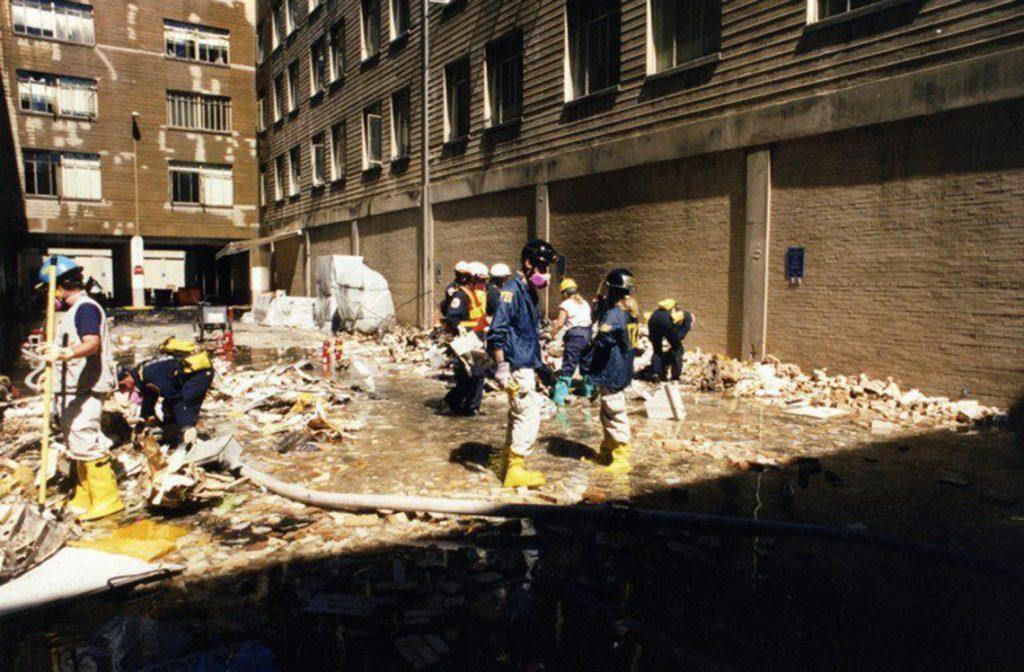 Arlington, 2017. március 31.A Szövetségi Nyomozó Iroda, az FBI által 2017. március 31-én közzétett, korábban még nem közölt, dátumozatlan képen FBI-alkalmazottak dolgoznak az amerikai védelmi minisztérium, a Pentagon megrongálódott épületszárnyának romjai között, Arlingtonban a 2001. szeptember 11-i repülőgépes terrortámadás után. (MTI/EPA/FBI)