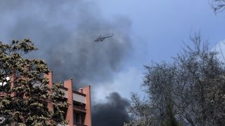 Kabul, 2017. március 8. Az afgán hadsereg helikoptere füstfelhõben a kabuli Szardar Daud Hán katonai kórház felett 2017. március 8-án, miután öngyilkos merénylõ robbantotta fel magát a kórház bejáratánál, majd fegyveresek hatoltak be az épületbe. A legkevesebb négy ember halálát és 66 megsebesülését okozó merényletet az Iszlám Állam dzsihadista terrorszervezet vállalta magára. (MTI/AP/Maszúd Hoszaini)