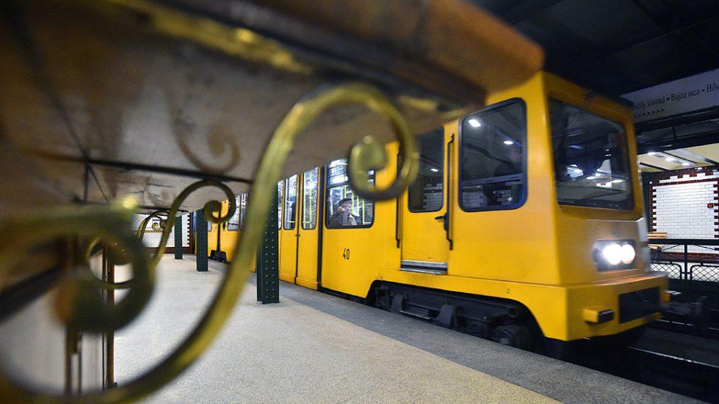 Budapest, 2017. január 17.Szerelvény közlekedik az 1-es metróvonal, a Millenniumi Földalatti Vasút, közismert nevén Kisföldalatti Bajza utcai állomásán 2017. január 17-én.MTI Fotó: Máthé Zoltán