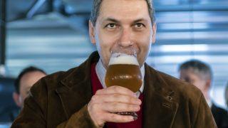 Csíkszentsimon, 2017. március 24. Lázár János Miniszterelnökséget vezetõ miniszter sört kóstol az Igazi Csíki Sört gyártó csíkszentsimoni sörfõzdében 2017. március 24-én. Az Igazi Csíki sör betiltásáról hozott január végi ítélet óta a sörfõzde Igazi Tiltott Sör néven gyártja a sört. MTI Fotó: Veres Nándor