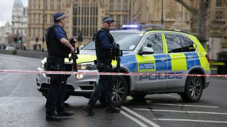 Armed police officers guard at a police cordon outside the Houses of Parliament in central London on March 22, 2017 during an emergency incident. / AFP PHOTO / Daniel LEAL-OLIVAS