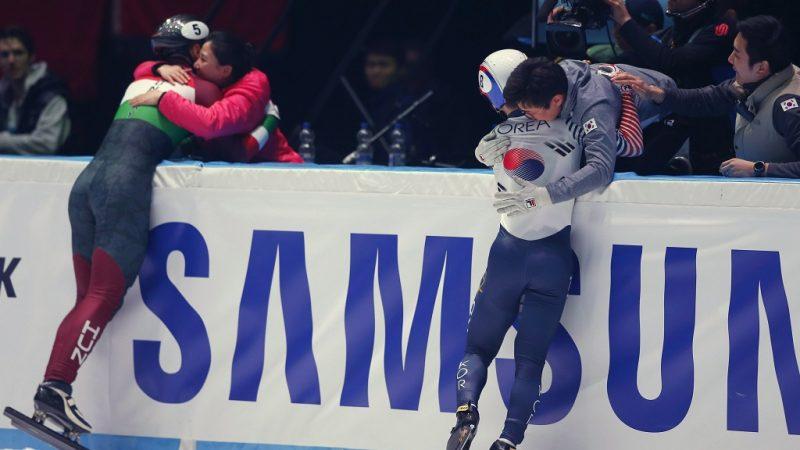 Rotterdam, 2017. március 12. Az ezüstérmes Liu Shaoang és az aranyérmes dél-koreai Szeo Ji Ra (j) a rövidpályás gyorskorcsolya-világbajnokság férfi 1000 métere után a rotterdami Ahoy Stadionban 2017. március 12-én. (MTI/AP/Peter Dejong)