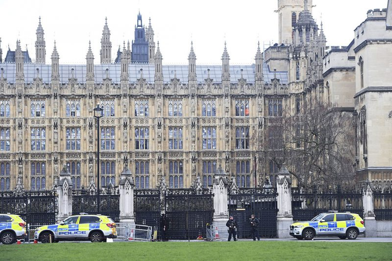 London, 2017. március 22.Rendőrautók állnak a brit parlament épületénél, ahol lövöldözés történt 2017. március 22-én. Az első jelentések több sebesültről szólnak, a parlament és a vele szomszédos képviselőház épületét a rendőrség kiürítette. (MTI/AP/Victoria Jones)