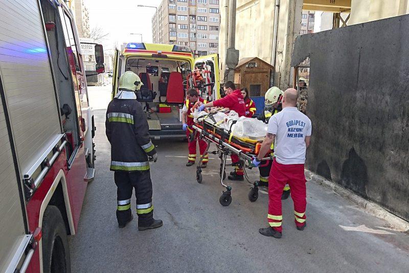 Budapest, 2017. március 13. Mentők szállítanak el egy építőmunkást egy építési területről a főváros XIII. kerületében, a Váci úton 2017. március 13-án, miután a férfi nyakát átszúrta egy betonvas. A tűzoltók a fémrudat elvágták, a mentők a vassal nyakában szállították el a sérültet. MTI Fotó: Mihádák Zoltán