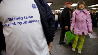 Budapest, 2010. november 10.Egy érdeklődő nézi a résztvevőket a Vegyipari Dolgozók Szakszervezete (VDSZ) által Mi is nyugdíjasok akarunk lenni! címmel rendezett demonstrációján a Nyugati téri aluljáróban.MTI Fotó: Mohai Balázs