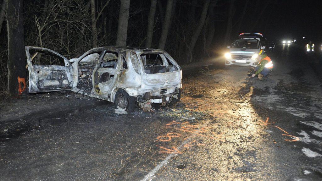 Ócsa, 2017. március 21. Kiégett személyautó a Pest megyei Ócsát és Felsőbabádot összekötő úton 2017. március 21-én. A járműben, a lángok megfékezését követően, egy elszenesedett holttestet találtak. MTI Fotó: Mihádák Zoltán