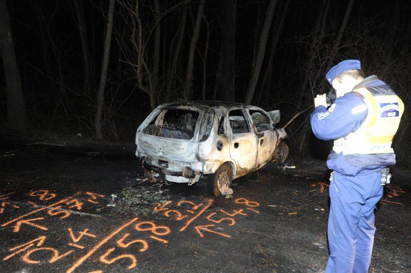 Ócsa, 2017. március 21. Rendőr helyszínel egy kiégett személyautónál a Pest megyei Ócsát és Felsőbabádot összekötő úton 2017. március 21-én. A járműben, a lángok megfékezését követően, egy elszenesedett holttestet találtak. MTI Fotó: Mihádák Zoltán