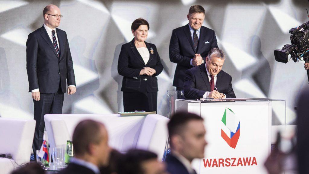 Varsó, 2017. március 28. A Miniszterelnöki Sajtóiroda által közreadott képen Orbán Viktor miniszterelnök (b2) aláírja a Varsói Nyilatkozatot, mögötte Bohuslav Sobotka cseh, Beata Szydlo lengyel és Robert Fico szlovák miniszterelnök a visegrádi csoport (V4) miniszterelnökei varsói találkozóján 2017. március 28-án. MTI Fotó: Miniszterelnöki Sajtóiroda / Szecsõdi Balázs