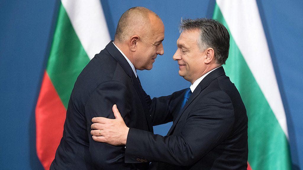 Budapest, 2016. november 30.Orbán Viktor miniszterelnök (j) gratulál Bojko Boriszov bolgár kormányfőnek, miután átadta neki a Magyar Érdemrend nagykereszt polgári tagozata kitüntetést az Országház Delegációs termében 2016. november 30-án.MTI Fotó: Koszticsák Szilárd