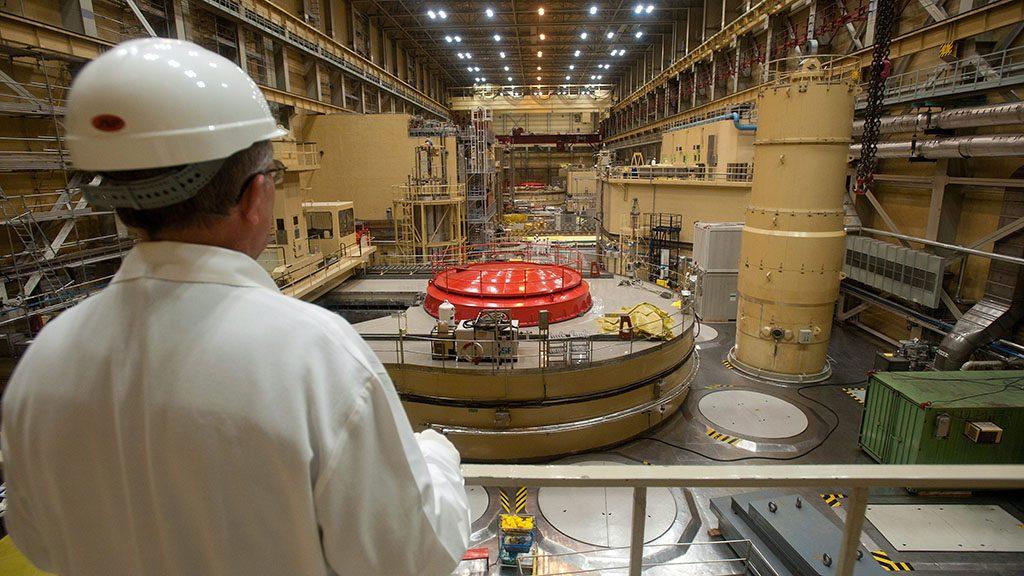 Paks, 2011. március 7.A Nemzetközi Atomenergia Ügynökség továbbképzésen részt vevő munkatársa tanulmányozza az atomerőmű I-es blokkját. Az 1982 és 1987 között üzembe helyezett négy reaktorblokk 30 évre szóló üzemeltetési engedélyei az elkövetkezendő években sorra lejárnak. A további 20 évig való működtetéséhez az I-es blokk esetében már idén kezdeményezni kell az üzemeltetési engedély megújítását. A távlati tervekben szerepel az atomerőmű bővítése, amelynek keretében két új blokk megépítésére 2012 elején írják ki a tendert, a kiértékelése pedig 2013 első felében várható. Az V. blokk üzembe helyezését 2020 után, a VI-ét 2025 utánra datálják, tervezett üzemidejük 60 év lenne. Így a paksi atomerőmű az ország villamosenergia-igényének 40-50 százalékát tudná biztosítani. A felvétel 2011. február 15-én készült.MTI Fotó: Koszticsák Szilárd
