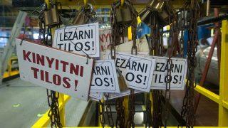 Paks, 2011. március 23.Táblák a paksi atomerőmű 3-as 4-es blokkjában, amelyet földrengésbiztossá tett a korábban beépített acélszerkezet.MTI Fotó: Koszticsák Szilárd