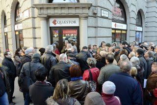 Budapest, 2015. március 10.Ügyfelek várakoznak a Quaestor Értékpapír-kereskedelmi és Befektetési Zrt. ügyfélszolgálati irodája előtt az V. kerületi Báthori utcában 2015. március 10-én. Részlegesen felfüggesztette a Quaestor tevékenységi engedélyét a Magyar Nemzeti Bank (MNB), miután célvizsgálata során a társaságnál szabálytalanságokat észlelt. Az előző napon a Quaestor Financial Hrurira Kft. öncsődöt jelentett.MTI Fotó: Kovács Tamás