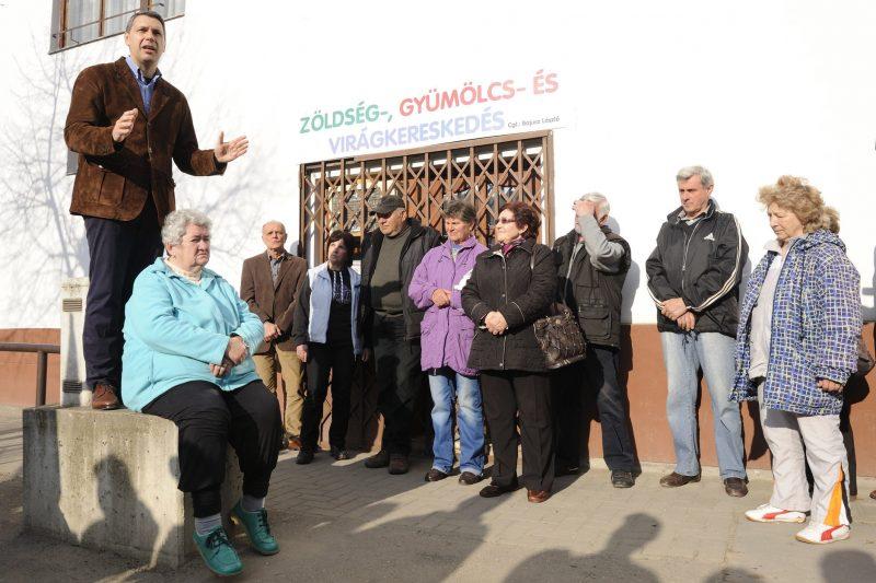 Makó, 2014. március 27. Lázár János, a Miniszterelnökséget vezetõ államtitkár (b) beszél a makói Lonovics sugárút egyik keresztezõdésénél tartott választási utcafórumán 2014. március 27-én. MTI Fotó: Kelemen Zoltán Gergely