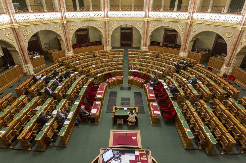 Budapest, 2017. március 20. Lázár János, a Miniszterelnökséget vezetõ miniszter (elöl, b) az önkényuralmi jelképek kereskedelmi célú hasznosításának tilalmáról, valamint az ezzel összefüggõ egyes törvények módosításáról szóló vitában az Országgyûlés plenáris ülésén 2017. március 20-án. MTI Fotó: Szigetváry Zsolt