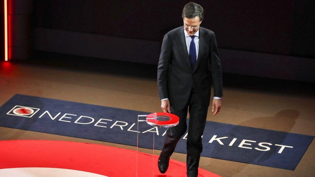 Hága, 2017. március 14. Mark Rutte hivatalban levõ holland miniszterelnök, a jobboldali liberális Néppárt a Szabadságért és a Demokráciáért (VVD) vezetõje és kormányfõjelöltje a hollandiai parlamenti választások elõestéjén tartott hágai televíziós vitaesten 2017. március 14-én. (MTI/EPA/Jerry Lampen)