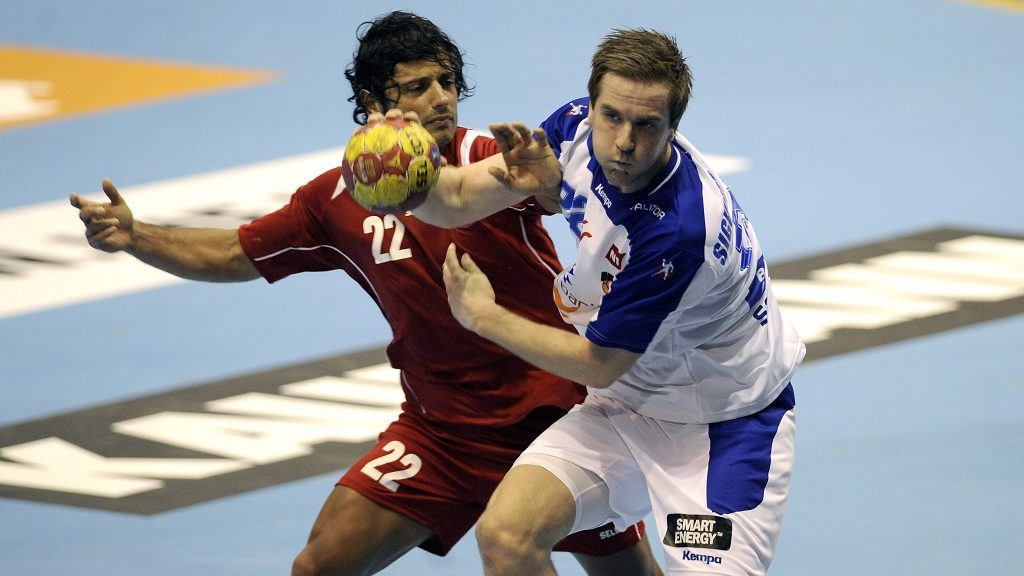 Chile's wing Patricio Martinez (L) vies with Iceland's back Stefan Rafn Sigurmannsson (R) during the 23rd Men's Handball World Championships preliminary round Group B match Chile vs Iceland at the Palacio de Deportes San Pablo in Sevilla on January 13, 2013.AFP PHOTO/ CRISTINA QUICLER / AFP PHOTO / CRISTINA QUICLER