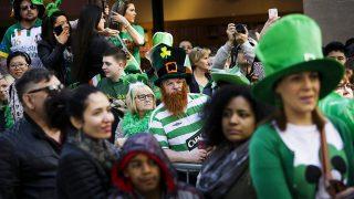 New York, 2015. március 17.Érdeklődők nézik a Szent Patrik-napi felvonulást New Yorkban 2015. március 17-én, az írek védőszentjének ünnepén. Ezen a napon Szent Patrik térítő püspök 461-ben bekövetkezett haláláról emlékeznek meg. (MTI/EPA/Justin Lane)