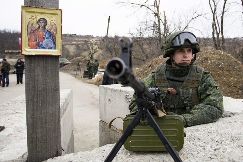 Luhanszka, 2017. március 7.Oroszbarát szakadár fegyveres egy ellenőrzőponton a kelet-ukrán Luhanszk megyei Luhanszka településen 2017. március 7-én. Az előző napon Ukrajna eljárást indított Oroszország ellen az ENSZ hágai Nemzetközi Bíróságán. Kijev szerint Moszkva a Donyec-medencében zajló fegyveres konfliktusban játszott szerepével és a Krím félsziget elcsatolásával megsértette a terrorizmus finanszírozásával szembeni fellépésről szóló nemzetközi egyezményt, valamint - a bekebelezett félszigeten élő krími tatárokkal szembeni bánásmóddal - a faji megkülönböztetés elleni küzdelemről szóló ENSZ-konvenciót. (MTI/AP/Alekszandr Jermocsenko)