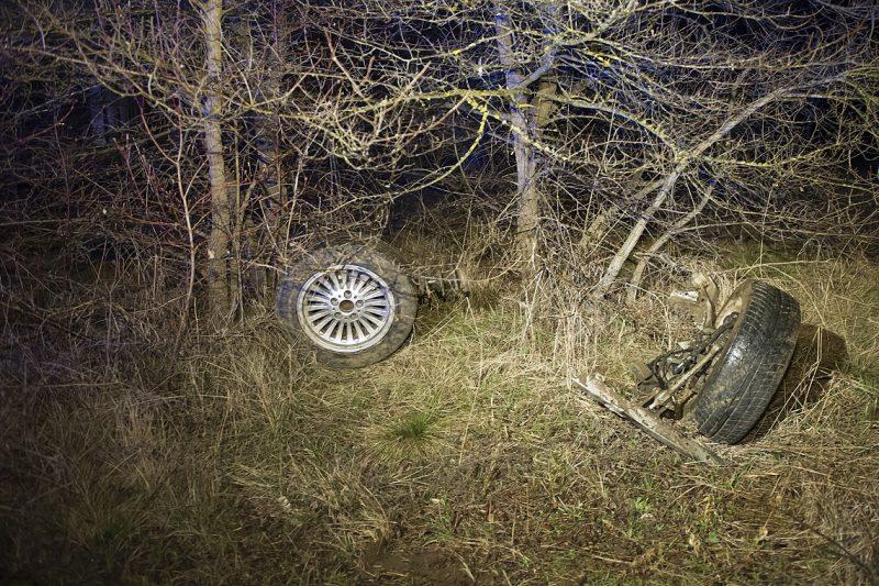 Vác, 2017. március 19. Személygépkocsi kiszakadt kerekei Vác és Csörög között, miután a jármû lesodródott az útról az M2-es autóút felüljárója alatt 2017. március 19-én. A balesetben az autó vezetõje meghalt. MTI Fotó: Lakatos Péter