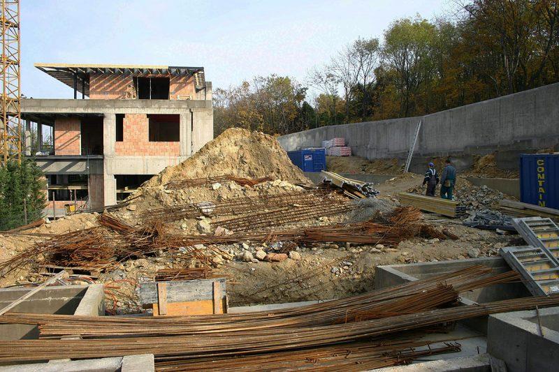 Építkezés a Bérc utcában, ahol a munkálatok során bukkantak rá a Magyar Karszt- és Barlangkutató Társulat (MKBT) kutatói 2006 év végén egy új, kristályképződményekben rendkívül gazdag barlangra a Gellért-hegy oldalában, a Citadella alatt. Miután a barlangrendszer nem közvetlenül az épülő villa alatt húzódik, a hatóság engedélyt adott az építkezés folytatására azzal a feltétellel, hogy az építtető 24 órás bejárási lehetőséget biztosít a kutatóknak a barlangba. A barlang leglátványosabb részei a 4-6 méter belmagasságú termek, melyek falát igen változatos formájú és színű, főként aragonit- és gipszkristályok borítják. A szakértők szerint, aGellért-hegyi kristálybarlang nem csak hazai, de világviszonylatban is igen nagy értéket képvisel.SZABADON FELHASZNÁLHATÓ FELVÉTEL!