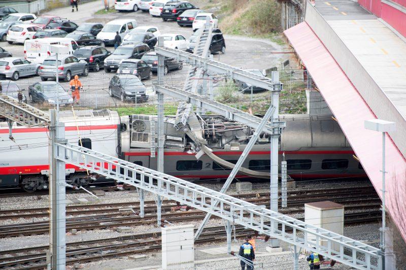 Luzern, 2017. március 22. Az EuroCity vasúttársaság Milánó és Bázel között közlekedõ járatának kisiklott szerelvényét nézik vasúti dolgozók, miután evakuálták a vonat utasait a svájci Luzern pályaudvarán 2017. március 22-én. Személyi sérülésrõl egyelõre nem érkezett jelentés. (MTI/EPA/Urs Flüeler)