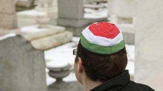 Budapest, 2015. január 26.Egy résztvevő kipában a Kozma utcai zsidó temető első világháborús hősi parcellájának felújítása alkalmából tartott megemlékezésen 2015. január 26-án.MTI Fotó: Koszticsák Szilárd