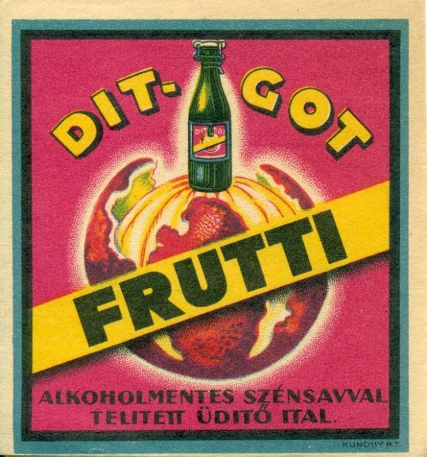 Fehér, kék és fekete keretben ciklámen alapon található egy félig meghámozott narancs szerű gyümölcs, földgömbként, rajta egy csatos üveg, körülötte a DIT-GOT felirat, mint a gyártó neve. Középen sárga csíkon feketével Frutti felirat. Lent: Alkoholmentes szénsavval telített üditő ital.