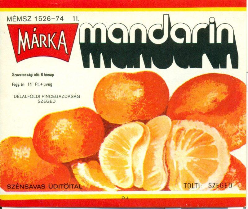 Piros és sárga keretben, fehér alapon, középen és lent mandarinok, körülötte feliratok. 1973-ban a Borgazdasági Vállalatok Trösztje laboratóriumi kísérletek révén létre hozta a Márka üdítőitalt, aminek az első tagja a Márka szőlő volt.Ez volt az első olyan üdítő, amit teljes egészében magyarországi alapanyagból állítottak elő.