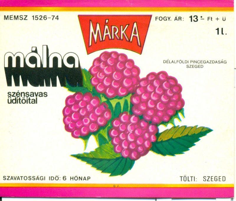 Pink és narancs színű keretben málnaszemek, körülötte feliratok. 1973-ban a Borgazdasági Vállalatok Trösztje laboratóriumi kísérletek révén létre hozta a Márka üdítőitalt, aminek az első tagja a Márka szőlő volt.Ez volt az első olyan üdítő, amit teljes egészében magyarországi alapanyagból állítottak elő.