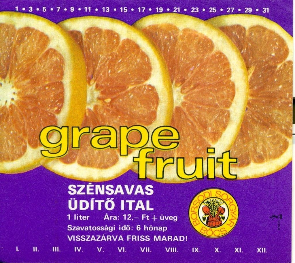 Lila alapon grapefruit szeletek Ès alatta fehÈr feliratok: szÈnsavas ¸dÌtő ital. Jobbra lent a gy·rtÛ emblÈm·ja.