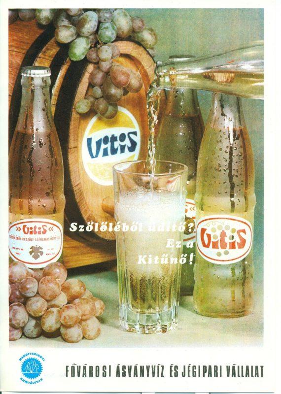 FőnÈzet - Vitis szőlőlÈből kÈsz¸lt szÈnsavas ¸dÌtőital rekl·mlapja. A kÈpen egy hordÛ, szőlőf¸rt, ¸dÌtős palackok Ès vizespoh·r l·thatÛ.