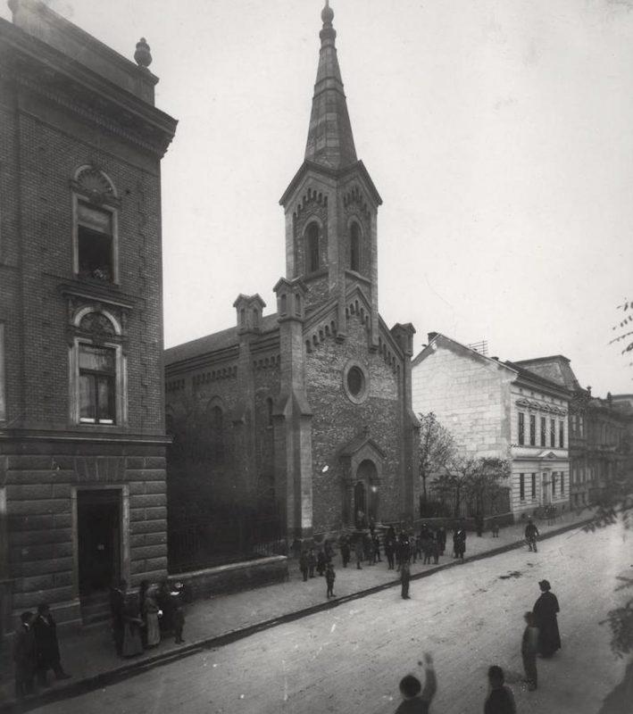 A 6-7. sz. alatti iskola rÈszlete, a 8. sz. alatti lakÛh·z Ès a templom