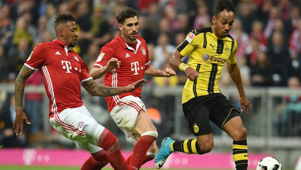 (L-R) Bayern Munich's defender Jerome Boateng, Bayern Munich's Spanish midfielder Javi Martinez and Dortmund's Gabonese striker Pierre-Emerick Aubameyang vie during the German first division Bundesliga football match FC Bayern Munich v BVB Borussia Dortmund in Munich, southern Germany, on April 8, 2017. / AFP PHOTO / Christof STACHE / RESTRICTIONS: DURING MATCH TIME: DFL RULES TO LIMIT THE ONLINE USAGE TO 15 PICTURES PER MATCH AND FORBID IMAGE SEQUENCES TO SIMULATE VIDEO. == RESTRICTED TO EDITORIAL USE == FOR FURTHER QUERIES PLEASE CONTACT DFL DIRECTLY AT + 49 69 650050