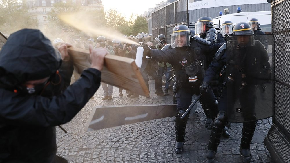 Anti-fascists clash with police forces as they demonstrate in Paris on April 23, 2017 following the announcement of the results of the first round of the Presidential election. Centrist Emmanuel Macron finished ahead of far-right leader Marine Le Pen on Sunday to qualify alongside her for the runoff in France's presidential election, initial projections suggested.  / AFP PHOTO / THOMAS SAMSON