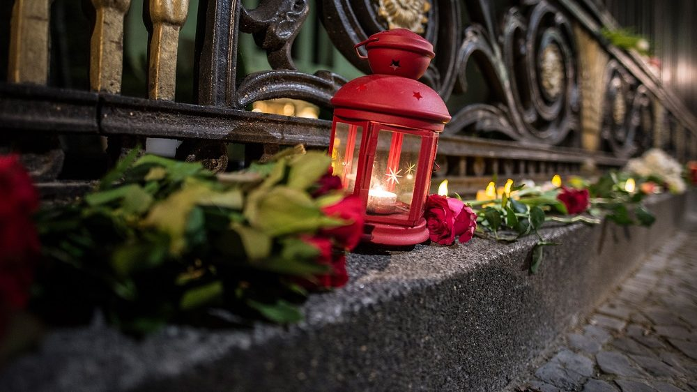 Flowers and candles to commemorate the victims of the terror attack in St. Petersburg, placed outside the Russian embassy, Berlin, Germany, 3 April 2017. In an explosion in the metro, at least ten people died in the afternoon. Dozens were injured. Photo: Paul Zinken/dpa