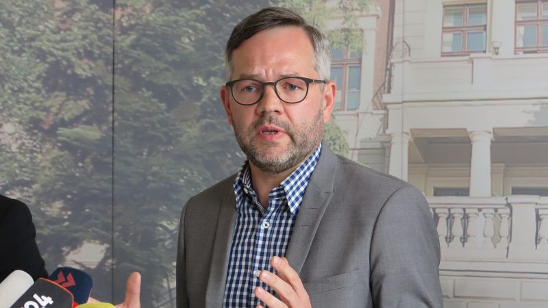 State minister of the foreign office Michael Roth speaks during a press conference in the German embassy in Istanbul, Turkey, 4 April 2017. Roth spoke on the case of Deniz Yuecel and on German-Turkish relations. The Turkish authorities granted a permission of visits after weeks of struggle. On Tuesday general consul Georg Birgelen met Yuecel at the prison in Silivri, west of Istanbul. Photo: Can Merey/dpa