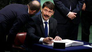 New York, 2016. április 22.Áder János köztársasági elnök aláírja a párizsi klímaegyezményt az ENSZ New York-i székházában 2016. április 22-én. A történelmi jelentőségűként értékelt éghajlatvédelmi megállapodás központi célkitűzése a globális átlaghőmérséklet emelkedésének jóval két Celsius-fok alatt tartása és az üvegházhatást okozó gázok kibocsátásának csökkentése. (MTI/EPA/Justin Lane)