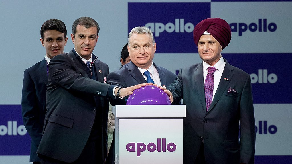Gyöngyöshalász, 2017. április 7.Orbán Viktor miniszterelnök (k), Onkar S. Kanwar, az Apollo Tyres elnöke (j) és Neeraj Kanwar, a társaság alelnöke felavatja az indiai Apollo Tyres gumiabroncsgyártó-üzemét a gyöngyöshalászi ipari parkban 2017. április 7-én.MTI Fotó: Koszticsák Szilárd