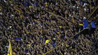 Supporters of Boca Juniors cheer for their team during their Argentina First Division football match against Talleres, at La Bombonera stadium, in Buenos Aires, on March 19, 2017. / AFP PHOTO / ALEJANDRO PAGNI