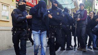 Barcelona, 2017. április 25. Gyanúsítottat kísérnek rendõrök egy barcelonai lakásban tartott rajtaütés közben, 2017. április 25-én. A katalán hatóságok tizenkét helyszínen végrehajtott rajtaütésben õrizetbe vettek kilenc feltételezett dzsihadistát, akik közül négy valószínûleg kapcsolatban volt a 2016. márciusi brüsszeli robbantások elkövetõivel. (MTI/AP/Manu Fernandez)