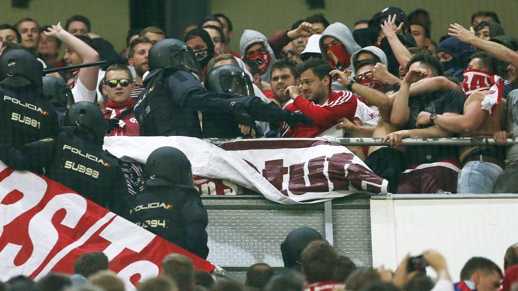 Madrid, 2017. április 18. Rohamrendõrök csapnak össze a Bayern München szurkolóival a Real Madrid elleni labdarúgó Bajnokok Ligája negyeddöntõ visszavágó mérkõzésen a madridi Santiago Bernabeu stadionban 2017. április 18-án. (MTI/AP/Francisco Seco)