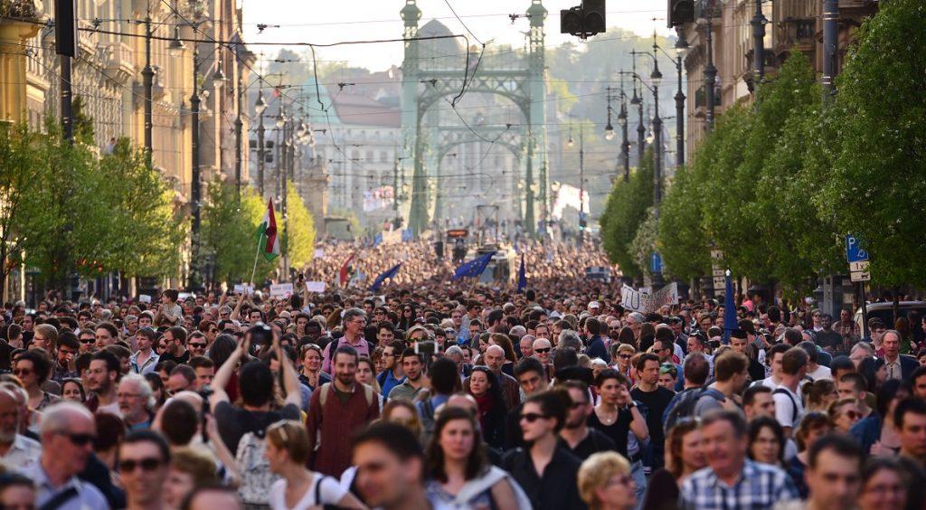 CEU-tüntetés: A Nyugodt Erő Fellépése Vagy Tüntibündi