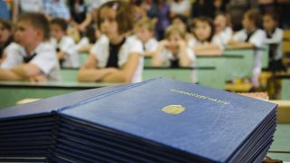 Debrecen, 2012. június 16.Kiosztásra váró bizonyítványok a debreceni Hunyadi János Általános Iskola 1/a osztályának bizonyítványosztóján. Az oktatási államtitkárság közlése szerint az általános iskolákban 747.547 diáknak, középfokú képzésben 428.291, nappali tagozatos diáknak, valamint 157.856 pedagógusnak indul a vakáció. A mostani tanév 37 héten át tartott, ezzel az európai átlaghoz tartozik Magyarország.MTI Fotó: Czeglédi Zsolt