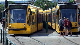 Budapest, 2014. május 19. Fiatalok haladnak el a fõvárosi közösségi közlekedés egyik nagy forgalmú csomópontján, a Széll Kálmán téren a kiemelten forgalmas nagykörúti 4–6-os vonalán közlekedõ Combino villamosok elõtt. MTVA/Bizományosi: Jászai Csaba  *************************** Kedves Felhasználó! Az Ön által most kiválasztott fénykép nem képezi az MTI fotókiadásának, valamint az MTVA fotóarchívumának szerves részét. A kép tartalmáért és a szövegért a fotó készítõje vállalja a felelõsséget.