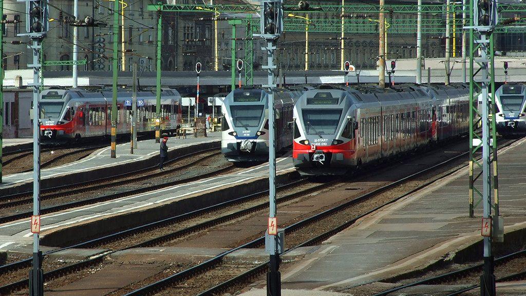 Budapest, 2017. március 17.A MÁV Start Zrt. korszerű Stadler FLIRT vonatszerelvényei várnak indulásra a főváros I. kerületében, a Déli pályaudvar vágányain.MTVA/Bizományosi: Jászai Csaba ***************************Kedves Felhasználó!Ez a fotó nem a Duna Médiaszolgáltató Zrt./MTI által készített és kiadott fényképfelvétel, így harmadik személy által támasztott bárminemű – különösen szerzői jogi, szomszédos jogi és személyiségi jogi – igényért a fotó készítője közvetlenül maga áll helyt, az MTVA felelőssége e körben kizárt.